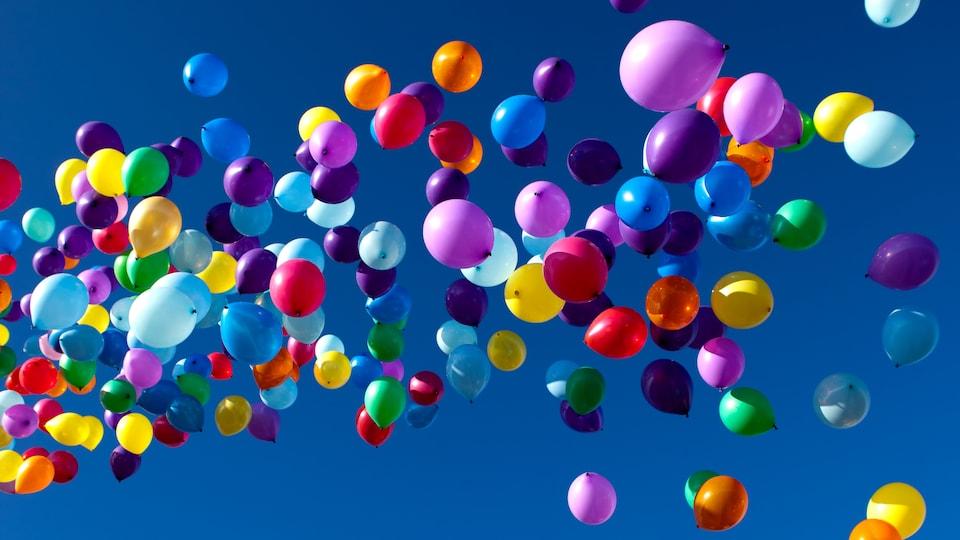 Des ballons de plastiques s'envolent.