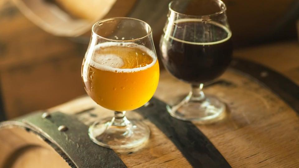 Deux verres de bière sont déposés sur un coffre.