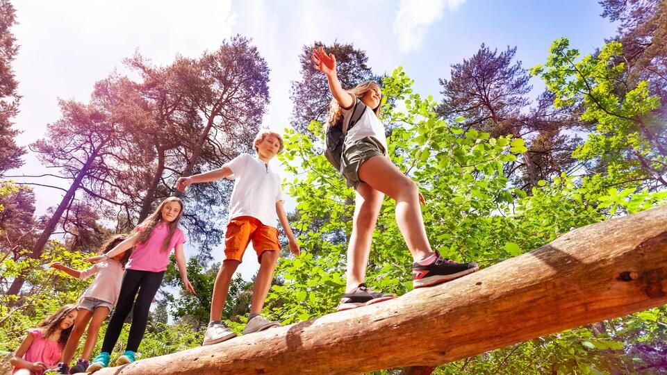 Des jeunes s'amusent dans un camp estival.
