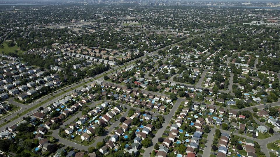 Une vue aérienne de maisons en rangée dans une banlieue.