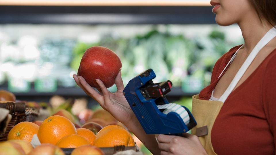 Les codes PLU sont présents sur les fruits et les légumes en vrac, et non sur ceux vendus sous vide.