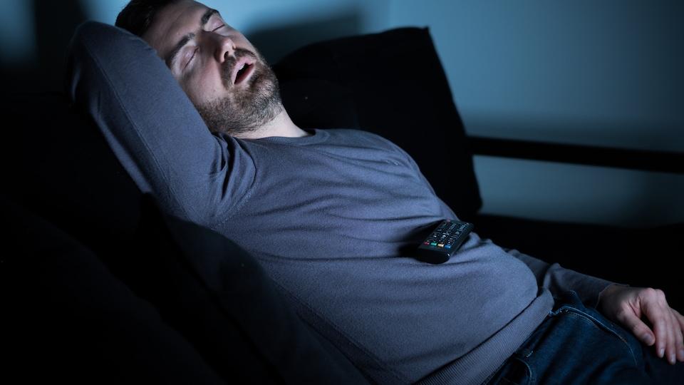 Un homme dort.