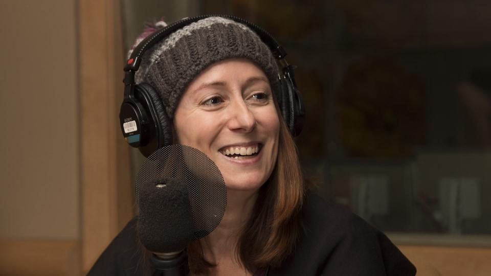 Marie-Julie Gagnon, vêtue d'une tuque, au micro des Éclaireurs.