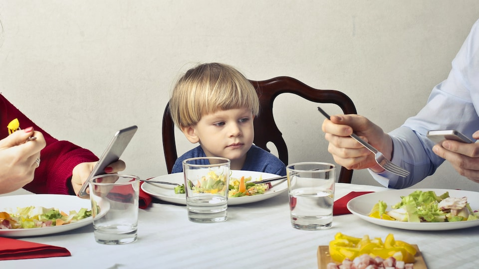 Une famille prend un repas.