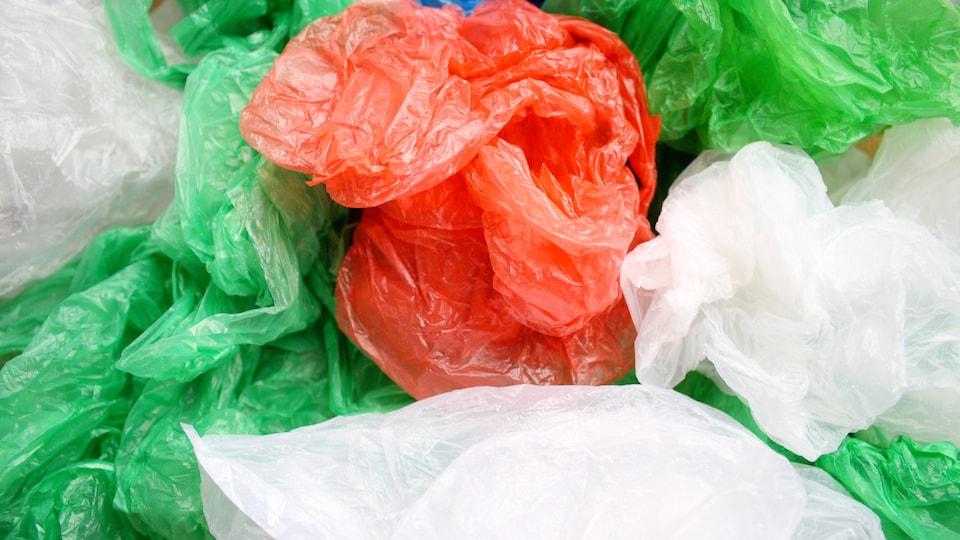 Des sacs de plastique.