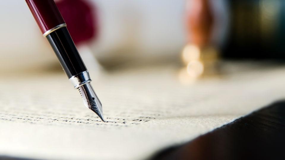Une personne signe un document légal.