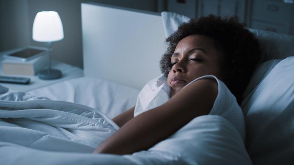 Une femme dort