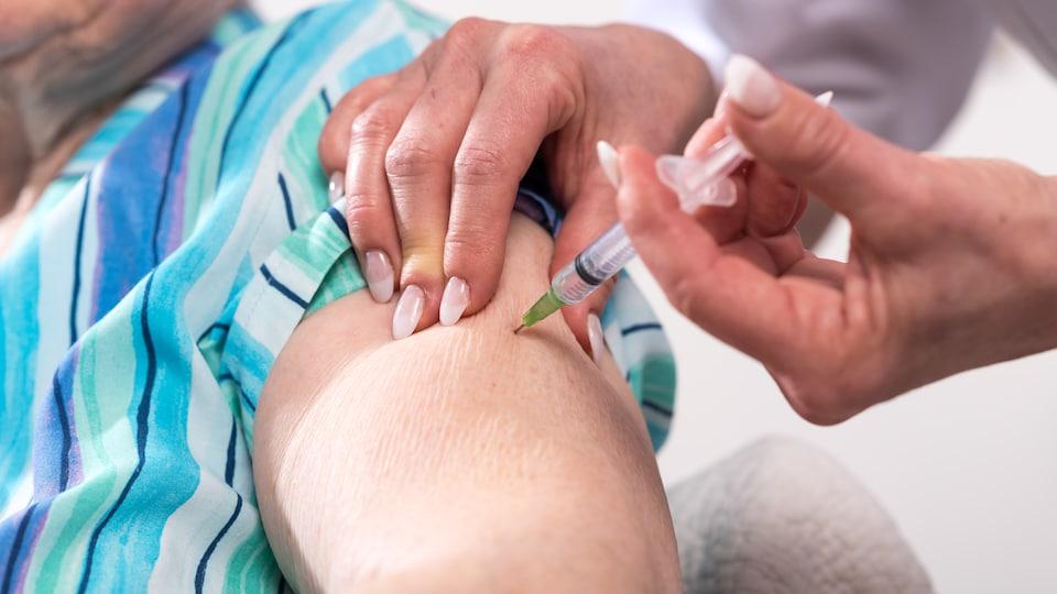 Les personnes âgées de 60 ans et plus doivent recevoir le vaccin contre la grippe, dit le Dr Jean Longtin.