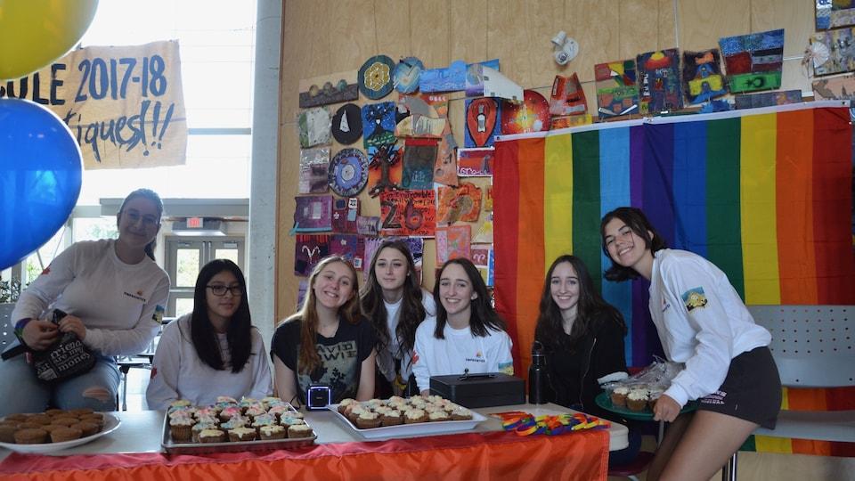 Le comité de l'école Jules-Verne à Vancouver a organisé une vente de « cupcakes » pour célébrer la journée internationale de lutte contre l'homophobie et la transphobie
