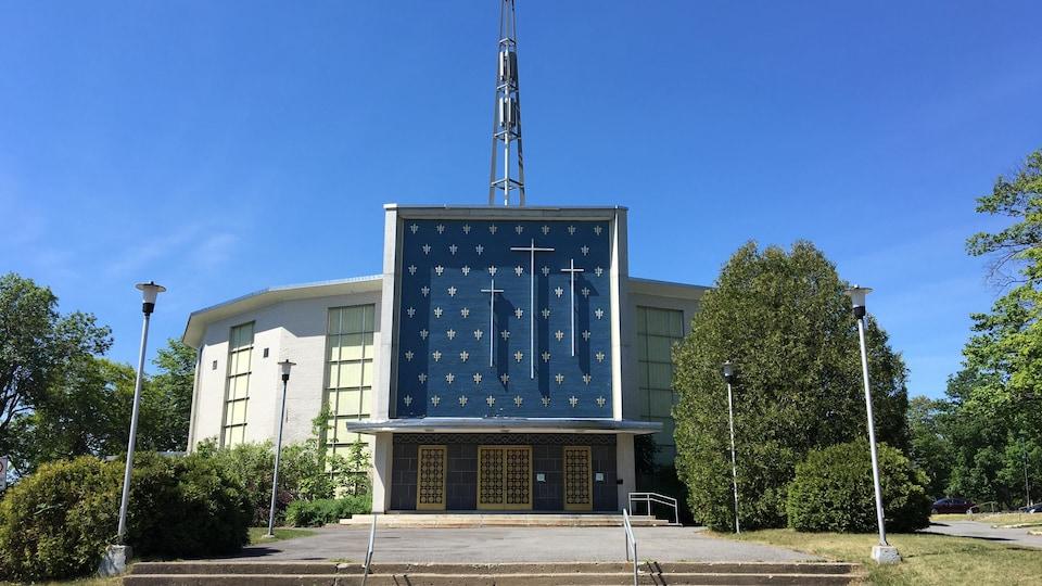 L'église Saint-Louis-de-France, photo prise de l'extérieur, devant le perron de l'église, le 17 juin 2020.
