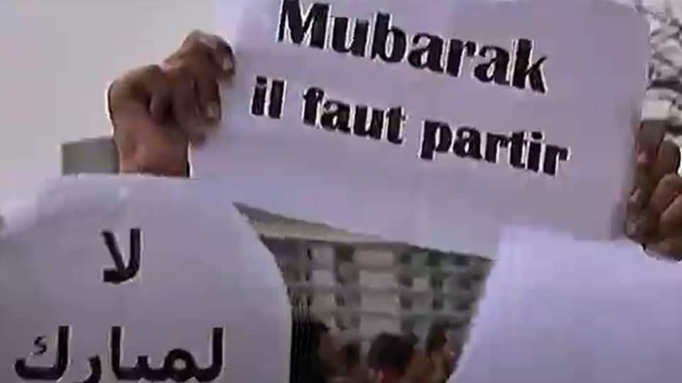Une affiche d'un manifestant qui demande au président Moubarak de partir.