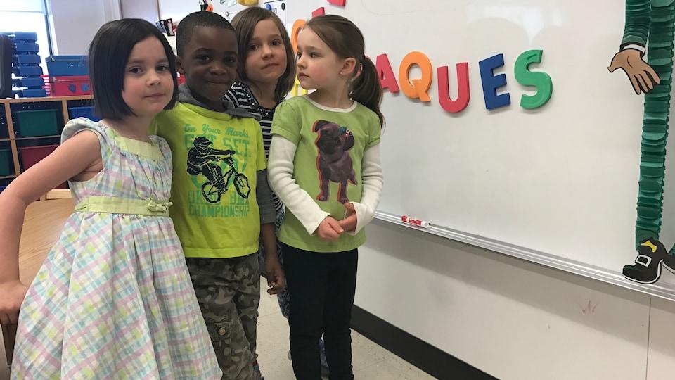 Des élèves de maternelle préparent une présentation au tableau à l'École Précieux-Sang