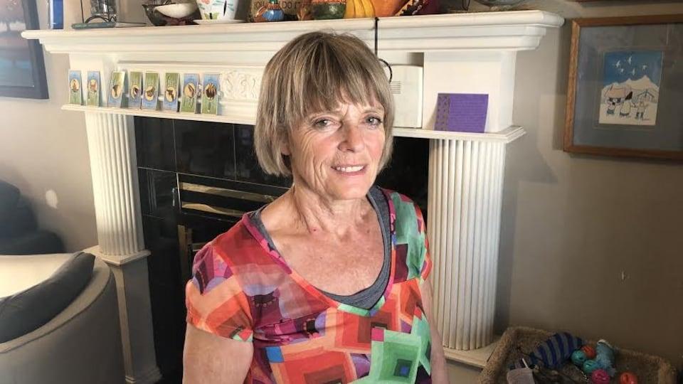 Éliane Michel est photographiée devant son foyer.