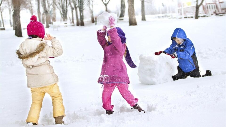 Des enfants s'amusent dans la neige pendant la semaine de relâche.