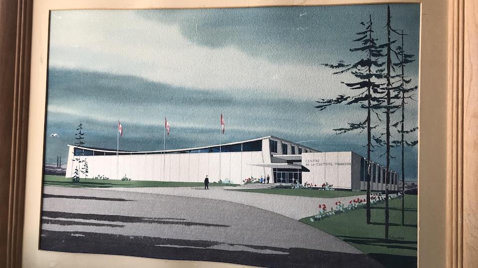 Une photo de la peinture dans son cadre. La peinture illustre un long bâtiment blanc.