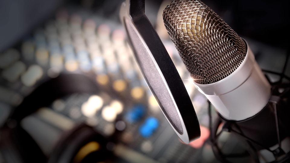 Un micro, des écouteurs et une table de mixage sonore.