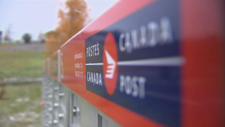 Une boîte postale communautaire de Postes Canada.