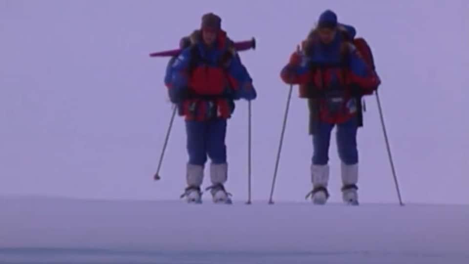 Richard Weber et Mikhail Malkhov skient pendant leur périple vers le pôle Nord.