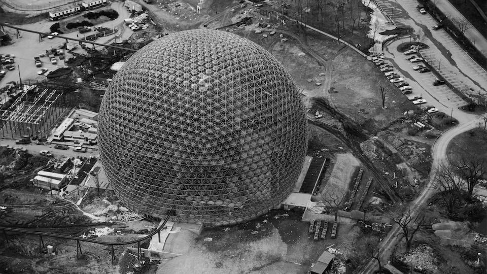 Construction de la géode conçue par l'Américain Buckminster Fuller pour l'Exposition universelle de 1967, à Montréal.