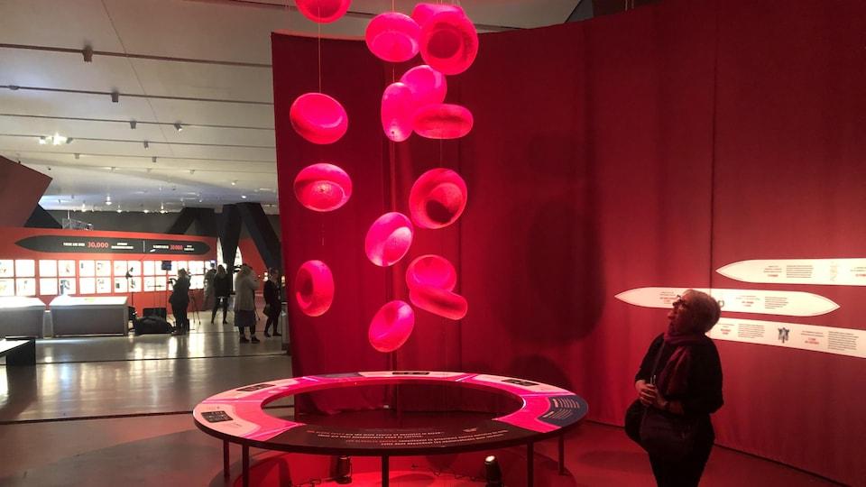 """À l'exposition """"Soif de sang"""" une sculpture rouge représente les globules rouges dans le sang"""