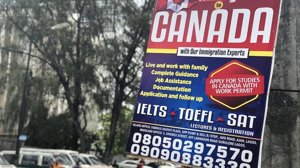 Une pancarte propose d'aider les Nigérians qui souhaitent étudier au Canada à préparer les documents nécessairement pour le gouvernement canadien.