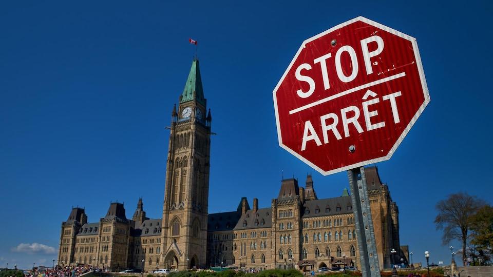 Gros plan sur une pancarte de signalisation bilingue devant le parlement canadien, à Ottawa.