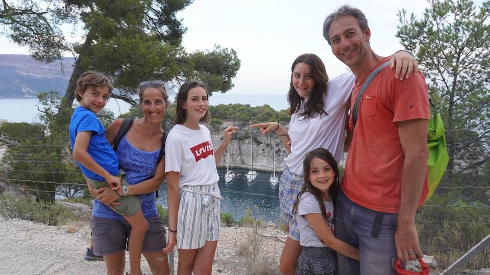 Lynne LeBlanc et son conjoint Laurent Torrecilles avec leurs quatre enfants ; Mathieu, Emma, Lisa et Océane.