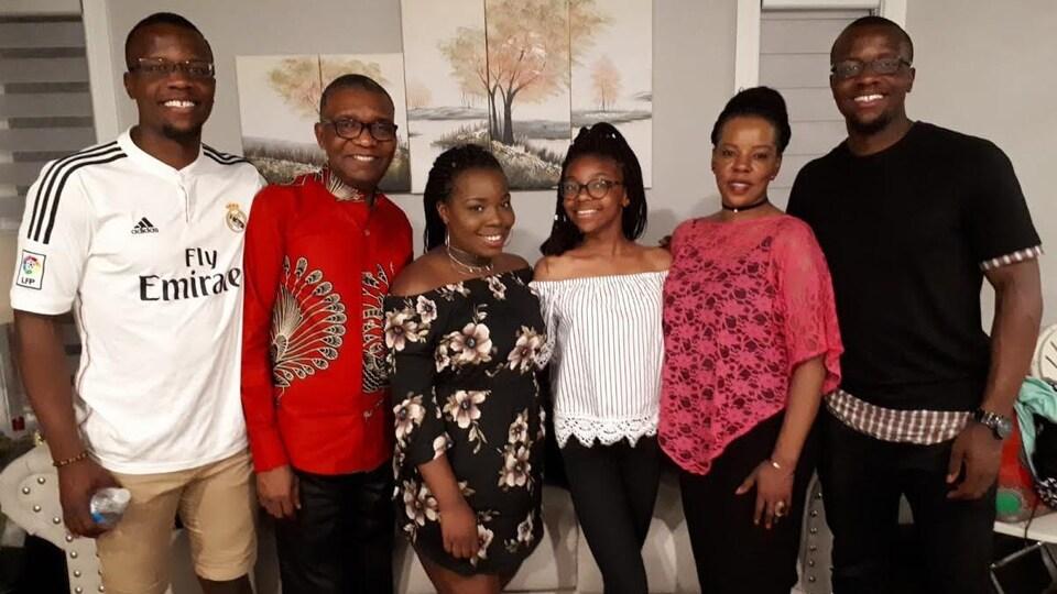 La famille, dans un salon.