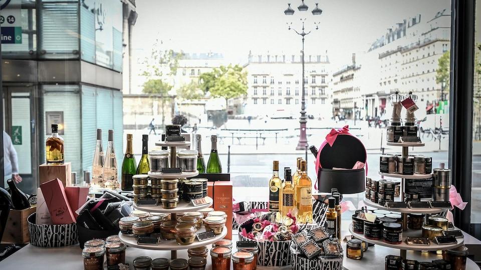 La vitrine de l'épicerie fine Fauchon à Paris, vue de l'intérieur.