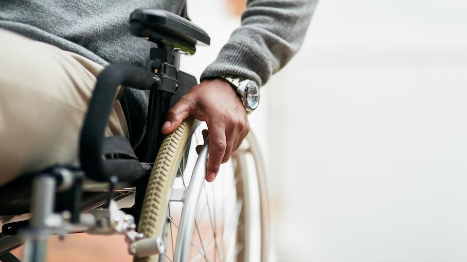 Photo d'un homme en fauteuil roulant.