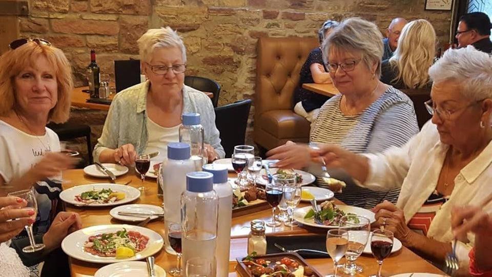 Un groupe de femmes autour d'une table au restaurant.