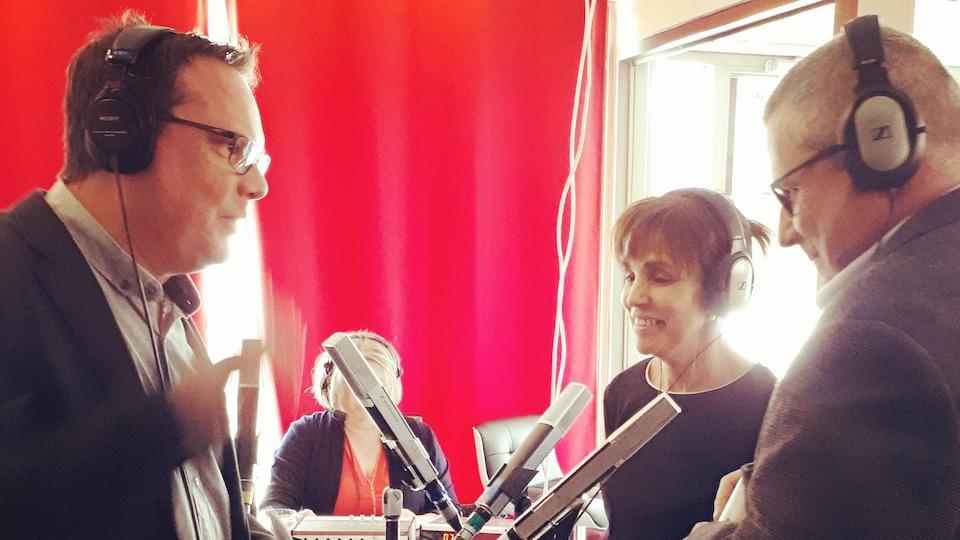 Réjean Blais s'entretien avec Malika Bajjage, directrice générale du Festival et Denis Hurtubise, cofondateur du FCMS et copropriétaire de la Maison du cinéma, de la programmation du festival.