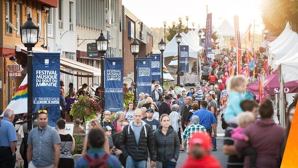 Une foule sur la rue de la Reine, à Gaspé.