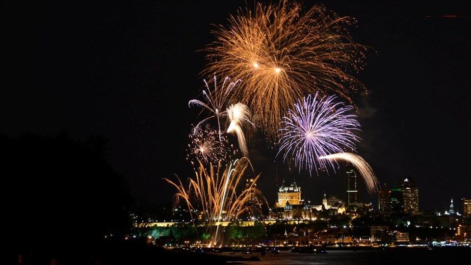 Des feux d'artifice devant la ville de Québec