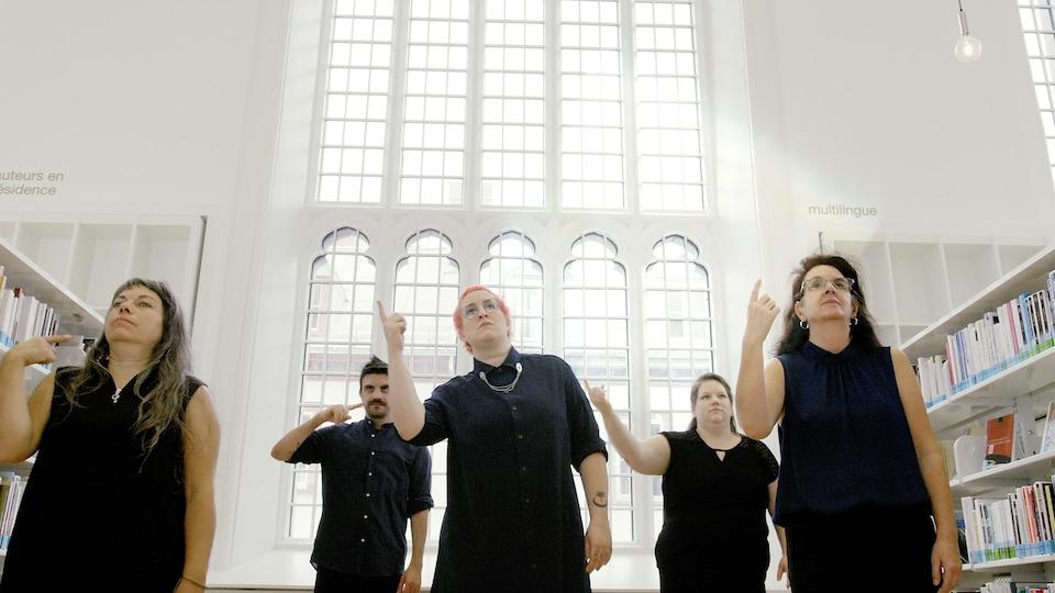 Les interprètes du fillm «Matin Ecchymose» utilisent le langage des signes pour donner vie à la poésie de l'artiste Mo Bolduc (au centre).