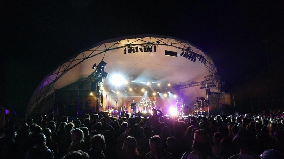 Les spectateurs à un Festival folk de Winnipeg, la nuit