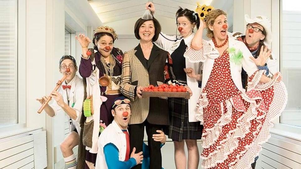 Un groupe de personnes déguisées avec des nez rouges.