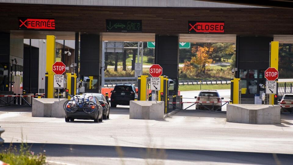 Des voitures passent au poste frontalier de Standstead.
