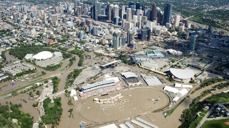 Vu aérienne du secteur riverain de Calgary. L'eau recouvre les rues, les terrains, et les stationnements.