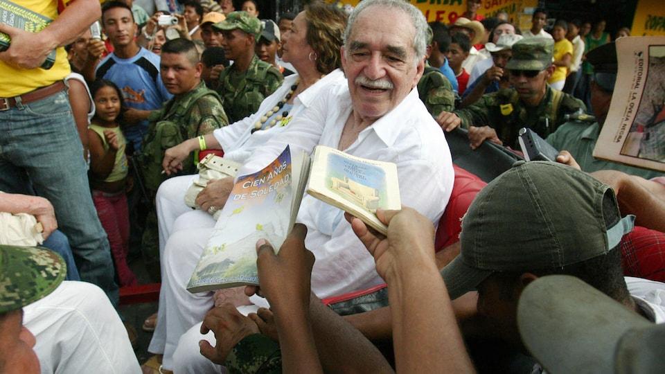 Des gens en délire lui demandent de dédicacer l'un de ses livres
