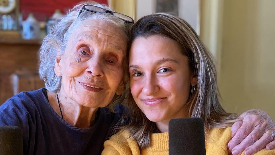 La comédienne Françoise Faucher et Clémentine Labrecque, sa petite-fille, sourient à la caméra.