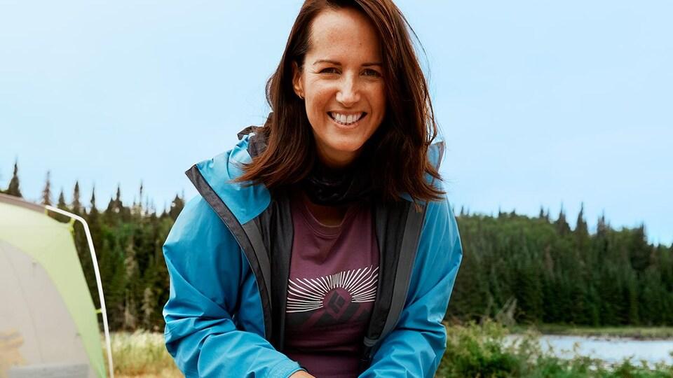 La nutritionniste Geneviève O'Gleman en plein air, en train de préparer des repas en camping.
