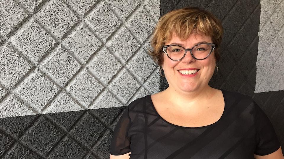 Geneviève Pineault dans les studios de Radio-Canada à Sudbury