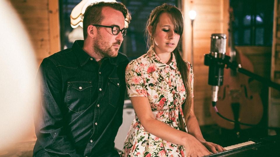 Le couple assis au piano.