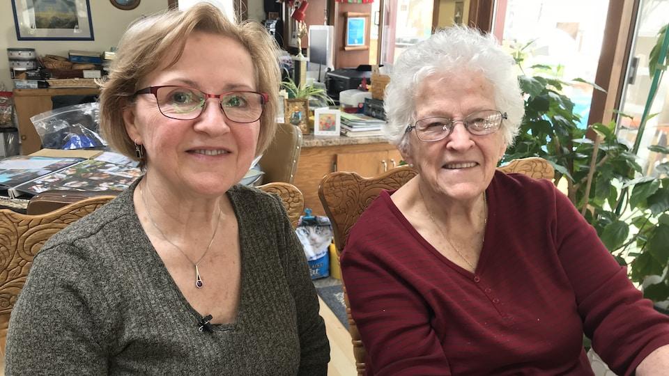 Une photo de Gisèle Yarbrough et de sa mère, Hélène Marchildon dans leur maison près de Zenon Park