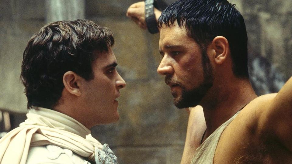 Un empereur romain parle à quelques centimètres du visage d'un gladiateur enchaîné.