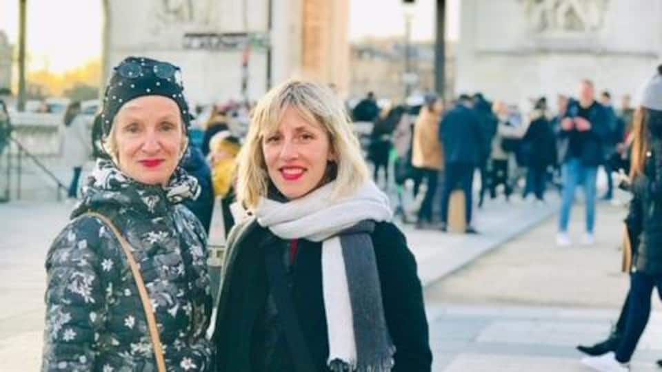 Guylaine Laplante et Ingrid St-Pierre sont devant l'Arc de Triomphe, à Paris.