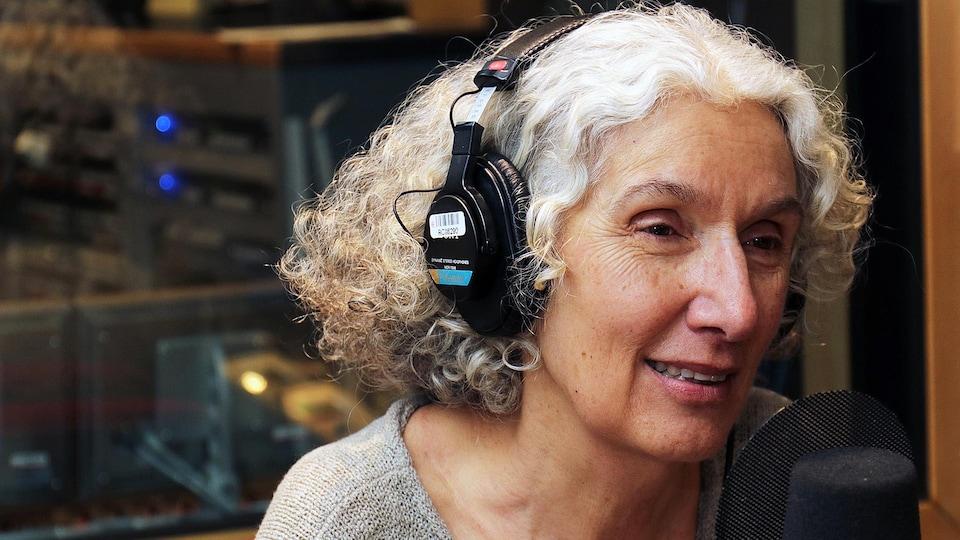 La Dre Cécile Rousseau parle dans un micro.