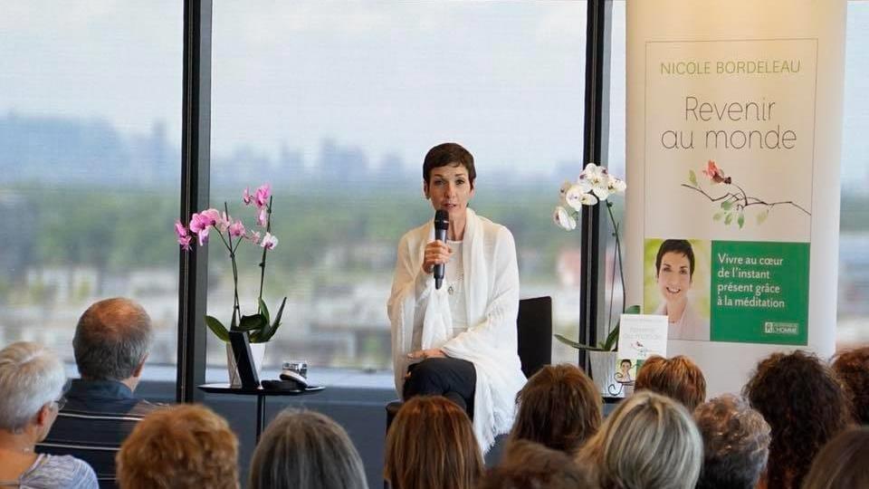 Nicole Bordeleau donne une conférence devant des gens.