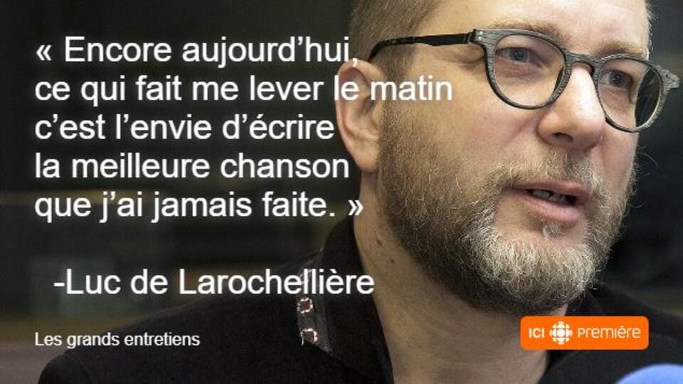 Montage du visage de Luc De Larochellière au micro de Radio-Canada, accompagné de la citation : « Encore aujourd'hui, ce qui fait me lever le matin c'est l'envie d'écrire la meilleure chanson que j'ai jamais faite. »